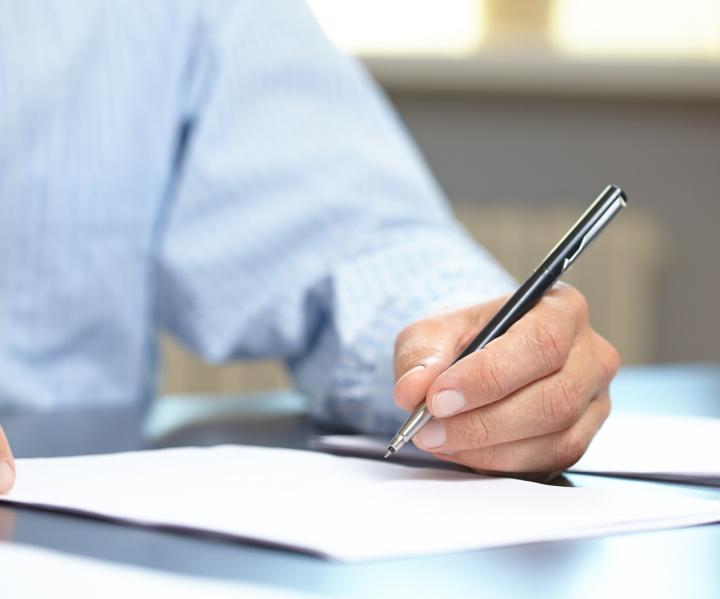 main ecrit sur feuille de papier